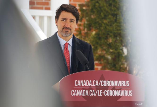 Le premier ministre canadien Justin Trudeau donne une conférence devant son domicile à Ottawa (Ontario), le 25 mars.