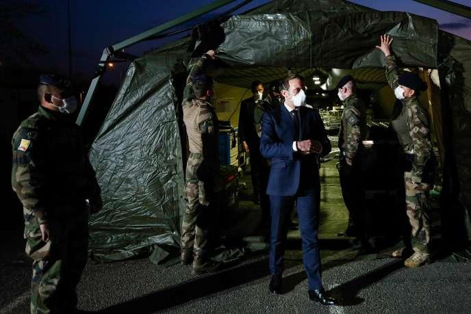 Le président Emmanuel Macron visite l'hôpital militaire installé à Mulhouse (Haut-Rhin), le 25 mars.