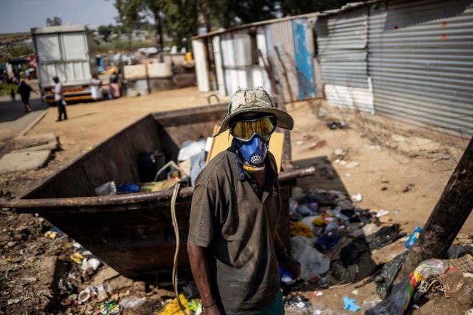 Un habitant du township de Diepsloot récupère des déchets pour gagner un peu d'argent, le 21 mars à Johannesburg.