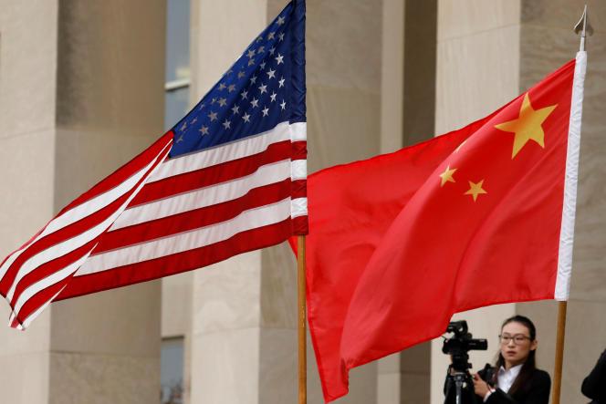 Les drapeaux américains et chinois flottent devant le Pentagone, aux Etats-Unis, le 9 novembre 2018.