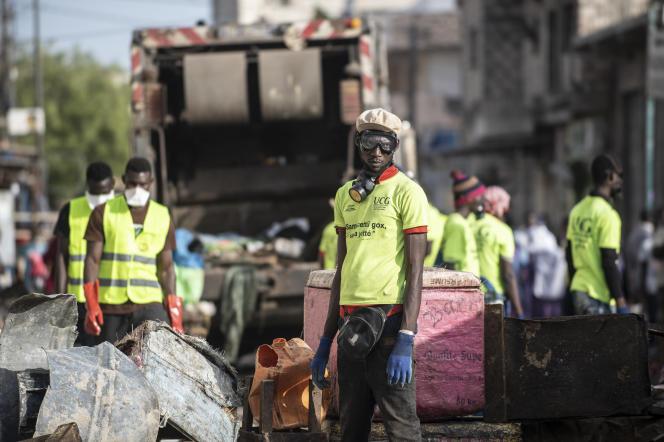 Un employé municipal de la ville de Dakar, lors de la destruction de boutiques informelles , le 22 mars.