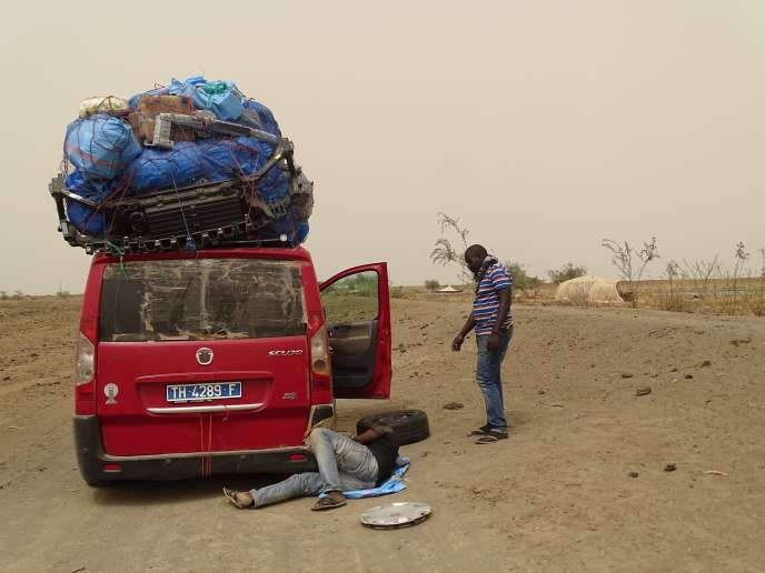 Des transporteurs sénégalais en route pour le Maroc, en Mauritanie, en mai 2017.