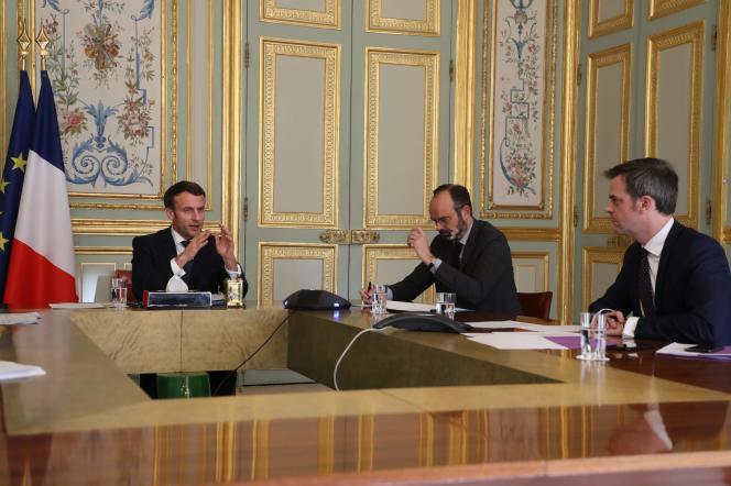 Le président Emmanuel Macron, le premier ministre Edouard Philippe et le ministre de la santé Olivier Veran au palais de l'Elysée à Paris, le 24 mars.