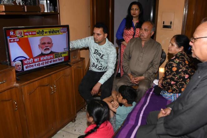 Une famille d'Amritsar regarde les annonces du premier ministre Narendra Modi à la télévision, le 24 mars.