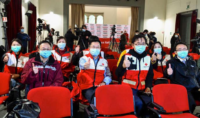 Des médecins de la Croix-Rouge chinoise à leur arrivée à Rome, le 13 mars.