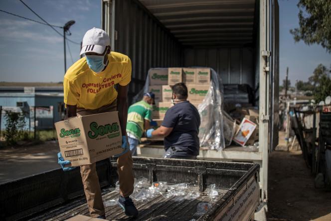 Des volontaires distribuent du savon dans le township de Diepsloot à Johannesburg, le 21 mars, pour tenter de contrer la propagation du coronavirus.