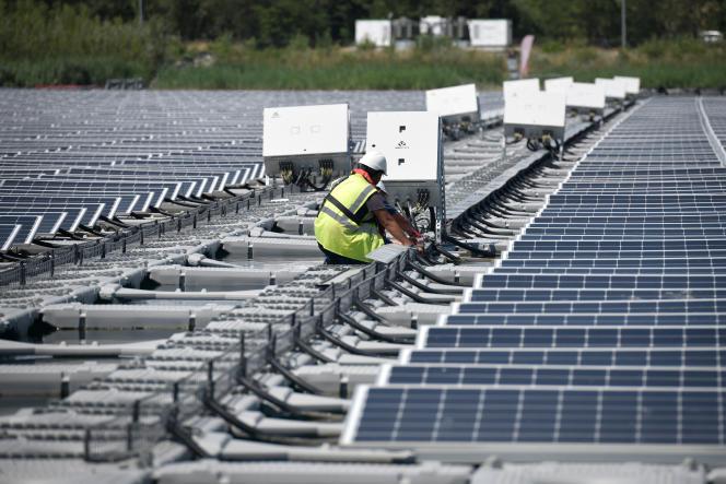 La centrale solaire flottante O'Mega1, à Piolenc (Vaucluse), en septembre 2019.