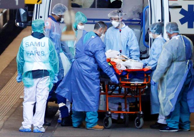 A Strasbourg, le personnel médical transferent un malade du Covid-19 vers des hôpitaux de l'ouest de la France, le 26mars.