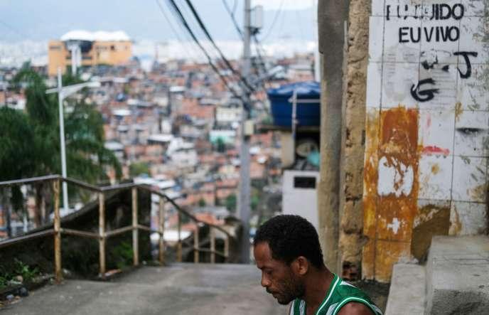 Carlos Augusto pose dans le quartier d'Alemao, à Rio de Janeiro, le 22 mars. « Pour les gens riches, le coronavirus est une maladie comme une autre. Pour les gens pauvre, ça veut dire la mort».