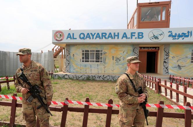 Des soldats américains montent la garde au sud de Mossoul, en Irak, le 26 mars.