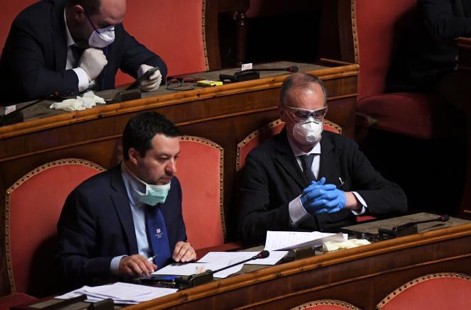 Le chef de file de la Ligue, Matteo Salvini et le vice-président du Sénat Roberto Calderoli, également membre de la Ligue,le 26 mars au Sénat, à Rome.