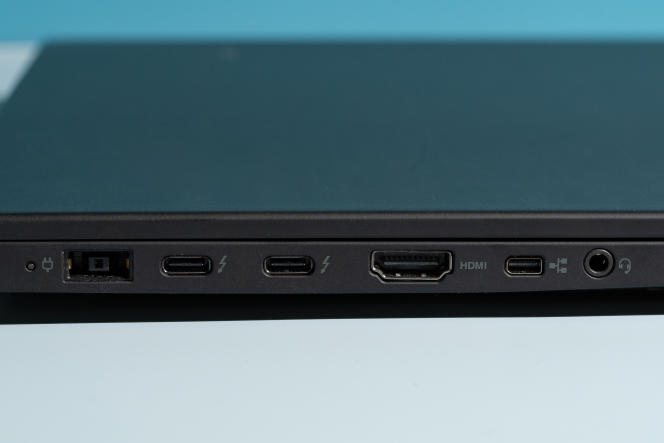 De gauche à droite : le port d'alimentation propre à la marque, deux ports Thunderbolt 3, un port HDMI, un port mini-Ethernet et une prise casque.