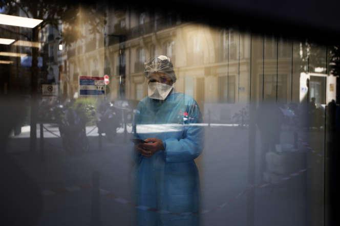 Dans un laboratoire de biologie médicale, à Neuilly-sur-Seine (Hauts-de-Seine), le 23 mars.