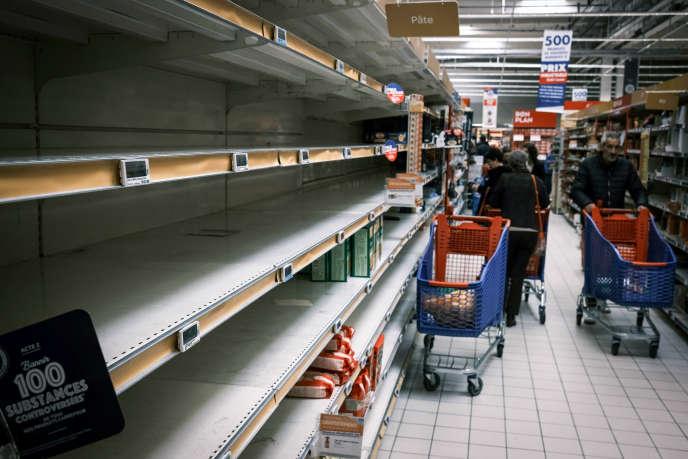 Dans un hypermarché, à Givors, près de Lyon, le 13 mars.
