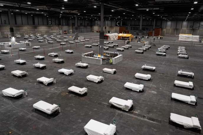 L'un des pavillons du parc des expositions de Madrid rempli de lits prêts à accueillir des patients infectés, le 21 mars.
