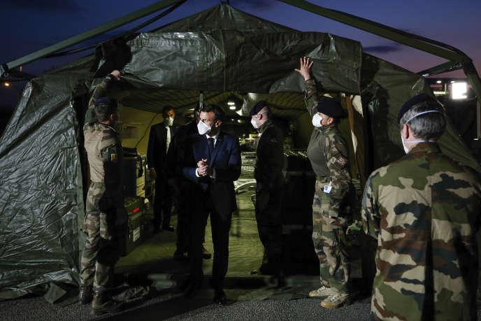 Le président de la République, Emmanuel Macron, en visite à l'hôpital militaire de campagne érigé devant l'hôpital de Mulhouse (Haut-Rhin), le 25 mars.
