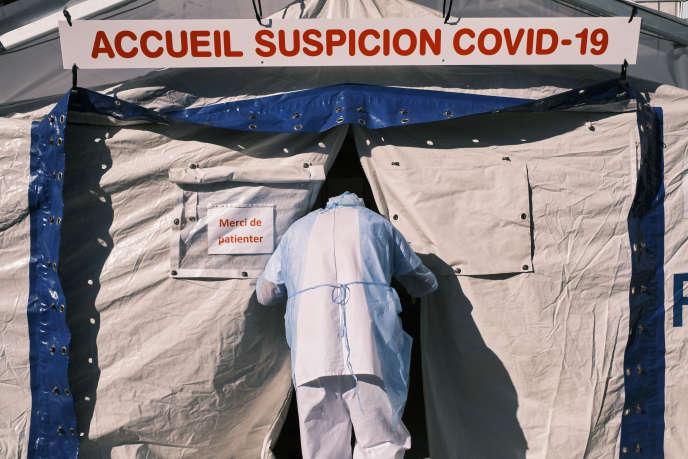 Le 25 mars, à l'hôpital Ambroise-Paré, à Boulogne-Billancourt (Hauts-de-Seine). Une structure a été organisée à l'extérieur pour accueillir les malades.