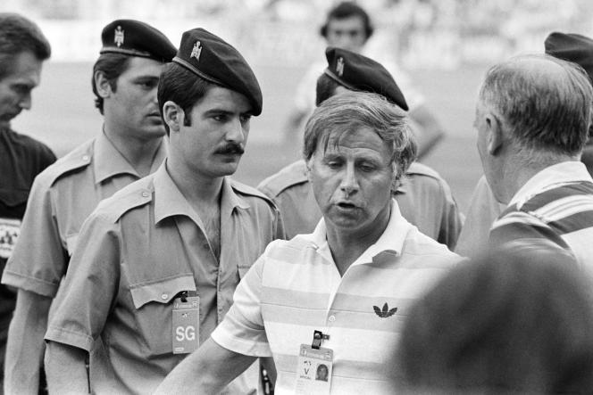 Michel Hidalgo, lors du match contre le Koweït, le 21 juin 1982 à Valladolid (Espagne).