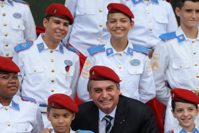 Le président Jair Bolsonaro pose au milieu des cadets d'une école militaire de Brasilia, le 17 avril 2019.
