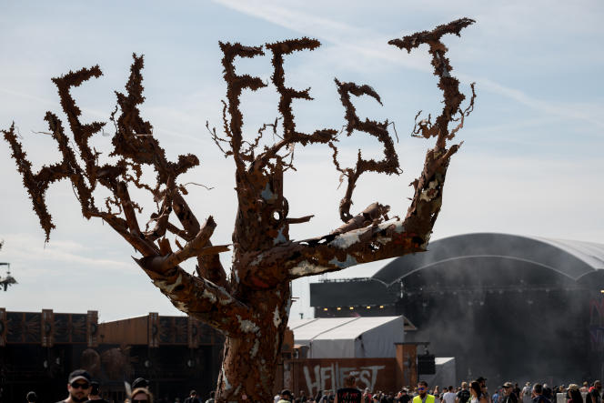 La scène et le public du Hellfest, le festival des musiques extrêmes, à Clisson, en Loire-Atlantique, le 23 juin 2019.