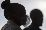(Femme portant un masque à Soweto, en Afrique du Sud, le 26 mars).