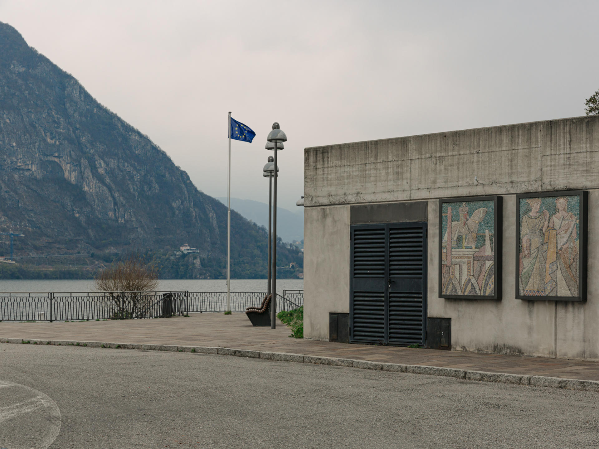 Depuis le 1er janvier 2020, le drapeau européen flotte à Campione d'Italia, aux abords du lac de Lugano.