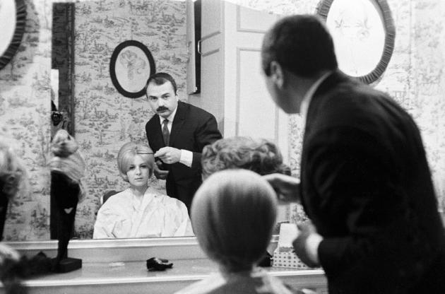 Jacques Dessange dans son salon du 37, avenue Franklin D. Roosevelt, dans le huitième arrondissement de Paris, dans les années 1960.