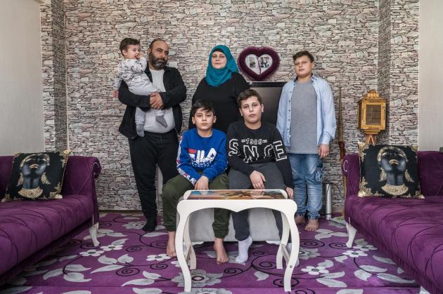 Fadi Haydar, son fils Bassam dans les bras, sa femme, Racha Kamar, et leurs autres enfants, Hamza, 14 ans, Ahmed, 12 ans, et Taleb, 11 ans, le 11 mars, dans l'appartement que la famille réfugiée loue àIzmir. Ils ont quitté la ville syrienne de Qalamoun où Fadi travaillait dans le secteur du bâtiment.