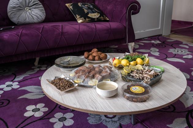Le repas préparé par Racha Kamar, à Izmir (Turquie), le 11 mars. La mère de famille cuisine, chez elle, des spécialités de son pays, comme les kebbeh syriens, qu'elle vend ensuite auxrestaurants.