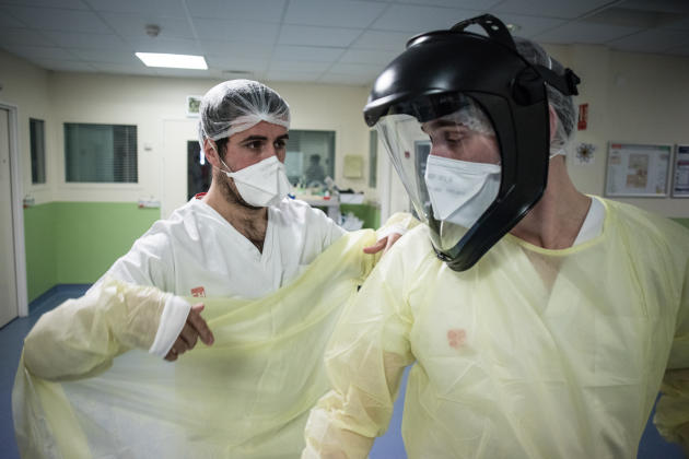 20 h 45. Les équipes soignantes travaillent en binôme. Elles s'occupent de deux à trois patients pendant leur service.