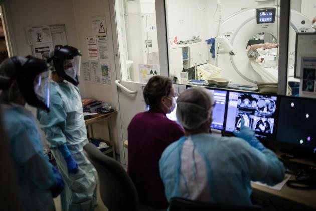 6 h 02. Un patient suspect arrive directement de chez lui par le SMUR 74. Il est admis directement au scanner. Le réanimateur de garde, à l'analysedes résultats, confirmera la probable infection.