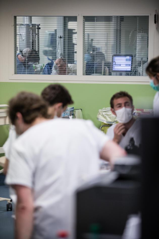 21 h 08. Le réanimateur de garde examine un nouveau patient.