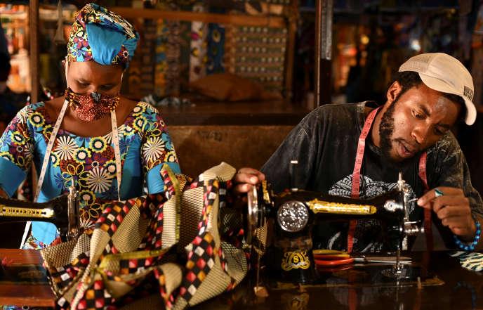 Des tailleurs travaillent sur des commandes de masques, à Kigali, le 17 mars 2020.