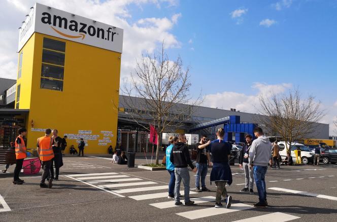Des employés protestent contre leurs conditions de travail devant le site Amazon de Saran (Loiret) le 18 mars.