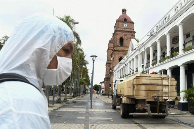 Opération de nettoyage des rues dans la ville de Santa Cruz en Bolivie, en raison de l'épidémie due au coronavirus, le 26 mars.