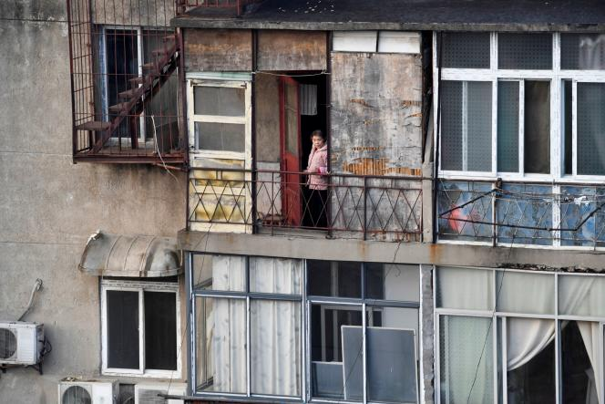 Une femme à son balcon dans une résidence à Wuhan (province chinoise du Hubei), l'épicentre de la pandémie de Covid-19, le 5 mars.