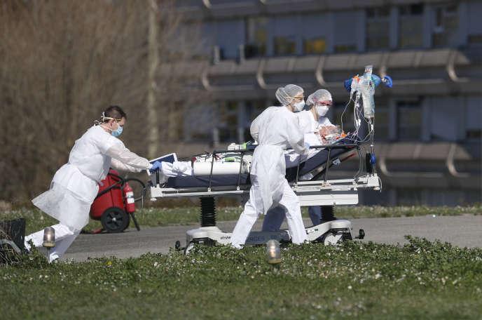 Evacuation d'un patient atteint du Covid-19, à l'hôpital de Mulhouse (Haut-Rhin), le 23 mars.