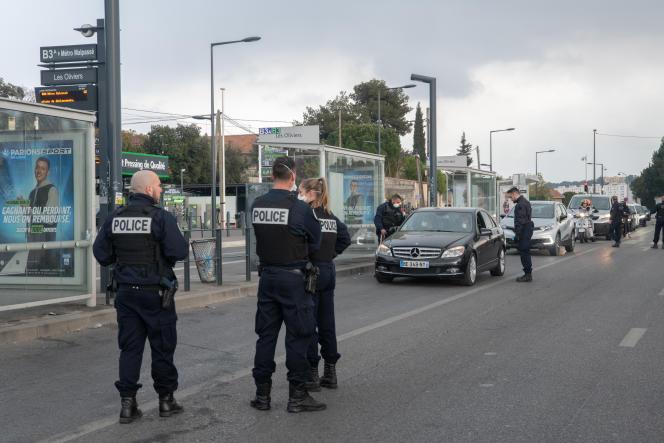 Opération de contrôle des autorisations de sortie dans une cité sensible des quartiers nords de Marseille, la cité des oliviers à St Jérôme. le but de cette opération étant de dissuader les acheteurs et vendeurs de drogue de réaliser leurs opérations et de rester confiné chez eux, le 25 mars.