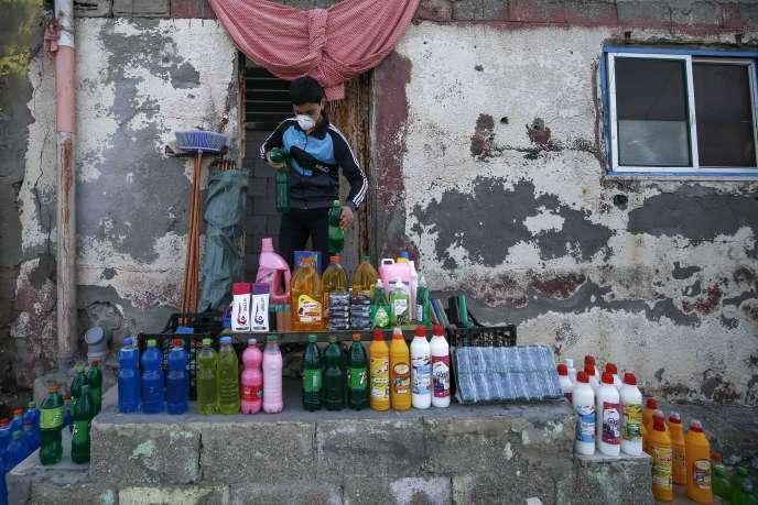 Un jeune Palestinien vend du désinfectant, dans le camp de réfugiés Al-Sahti, à Gaza, le 26 mars.