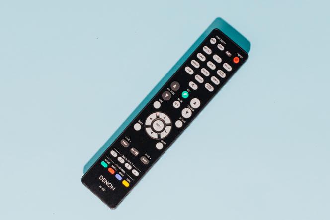 La télécommande du Denon AVR-S750H profite d'une répartition claire des boutons et elleest rétroéclairée, ce qui simplifie son utilisation dans la pénombre.