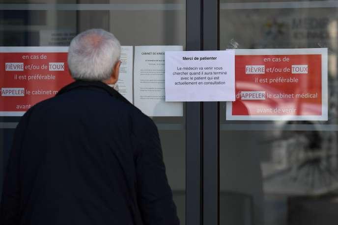 Un homme attend d'être reçu par son médecin àTinténiac (Ille-et-Vilaine), le 27 mars.