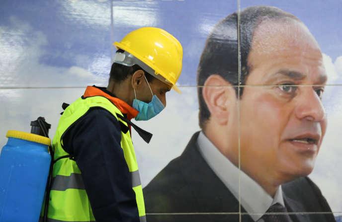 Nettoyage du métro, au Caire, le 22 mars 2020.