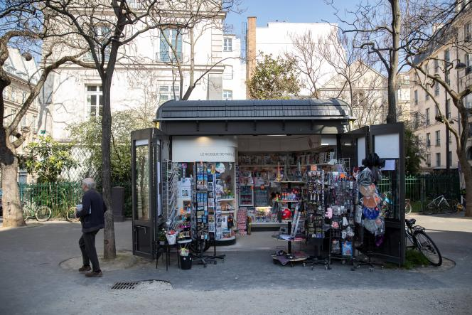 Un kiosque à journaux, à Paris, le 19 mars au troisième jour du confinement imposé par le gouvernement pour faire face à l'épidémie due au coronavirus.