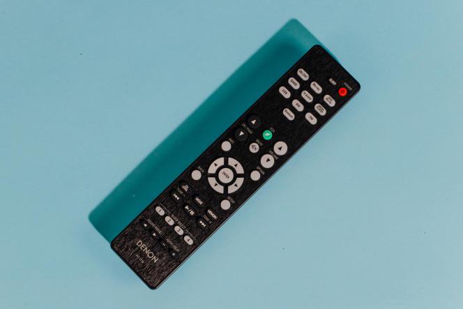 La simplicité de la télécommande du Denon AVR-S540BT reflète ses caractéristiques allégées.