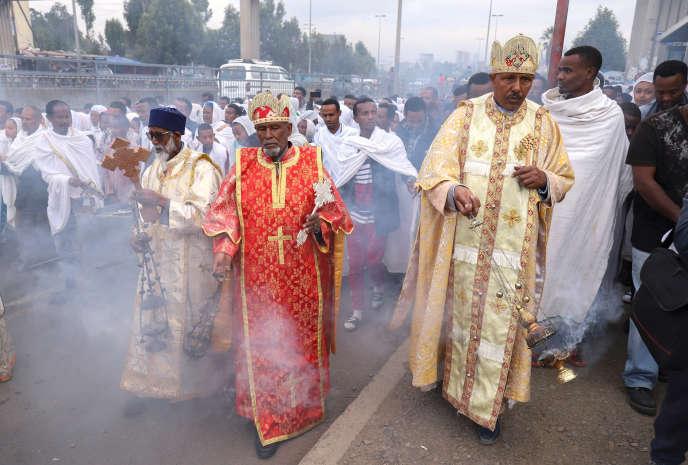Des prêtres orthodoxes éthiopiens bénissent des fidèles avec de l'encens qui éloignerait le Covid-19, à Addis-Abeba, le 26 mars 2020.