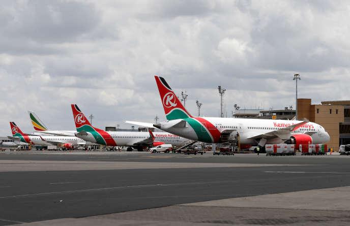 Des avions de Kenyan Airways cloués au sol à l'aéroport international Jomo-Kenyatta de Nairobi, le 24 mars 2020.