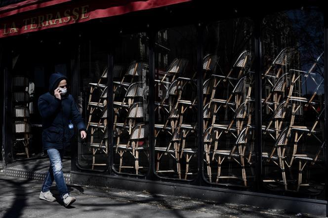Un café fermé, à Paris, le 23 mars.