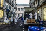 Des employés déchargent des gels hydroalcooliques, destinés à une pharmacie du 6e arrondissement de Paris, le vendredi 27 mars.