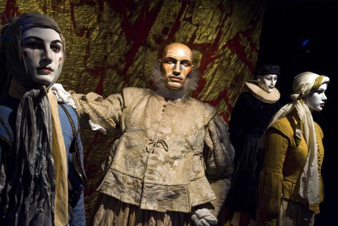 Des costumes utilisés pour les représentations des pièces de Shakespeare, «RichardII» et «Richard III», par leThéâtre du Soleil, et exposés au Centre national du costume de scène et de la scénographie à Moulins, en juin 2014.