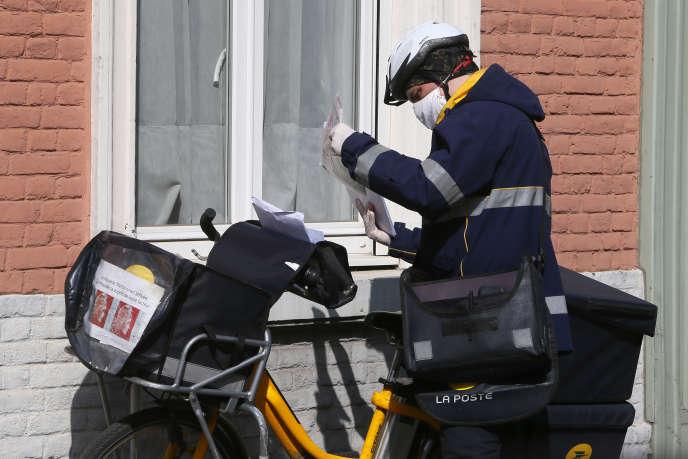 «Face à la fronde de plusieurs agents, La Poste a finalement décidé de réorganiser la tournée des facteurs pour limiter la distribution du courrier à trois jours d'affilée par semaine» (Photo: facteur à Lille, le 27 mars).
